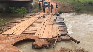 Rio transborda, danifica cabeceira de ponte e prejudica tráfego de veículos no Nortão