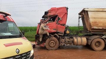 Ônibus e carreta colidem na BR-163 em Sorriso; motorista morre no hospital