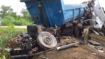 Colisão envolvendo três caminhões deixa rodovia federal bloqueada em Mato Grosso