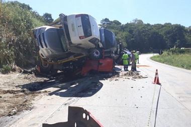 Caminhão-cegonha tomba e dois morrem na Serra de São Vicente
