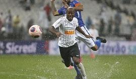 Corinthians para nas poças d'água e se salva com gol de Boselli no fim