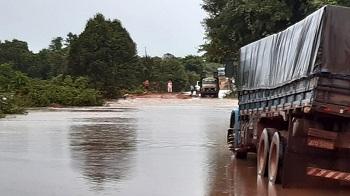 Rio transborda e interrompe tráfego em trecho de rodovia federal em Mato Grosso